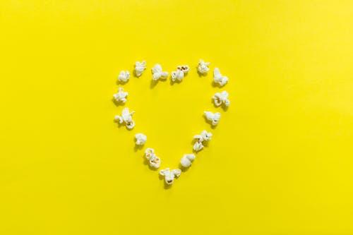 Palomitas haciendo la forma de corazon